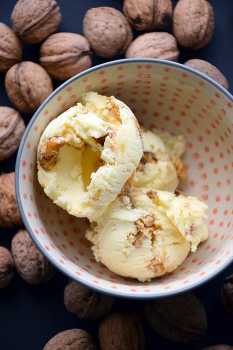 Glace au miel et noix caramélisées